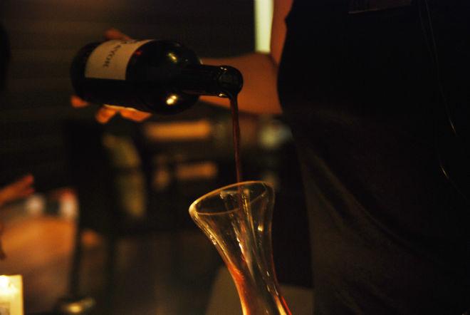 decantar vino tinto