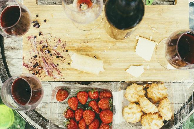 vino tinto queso fresas