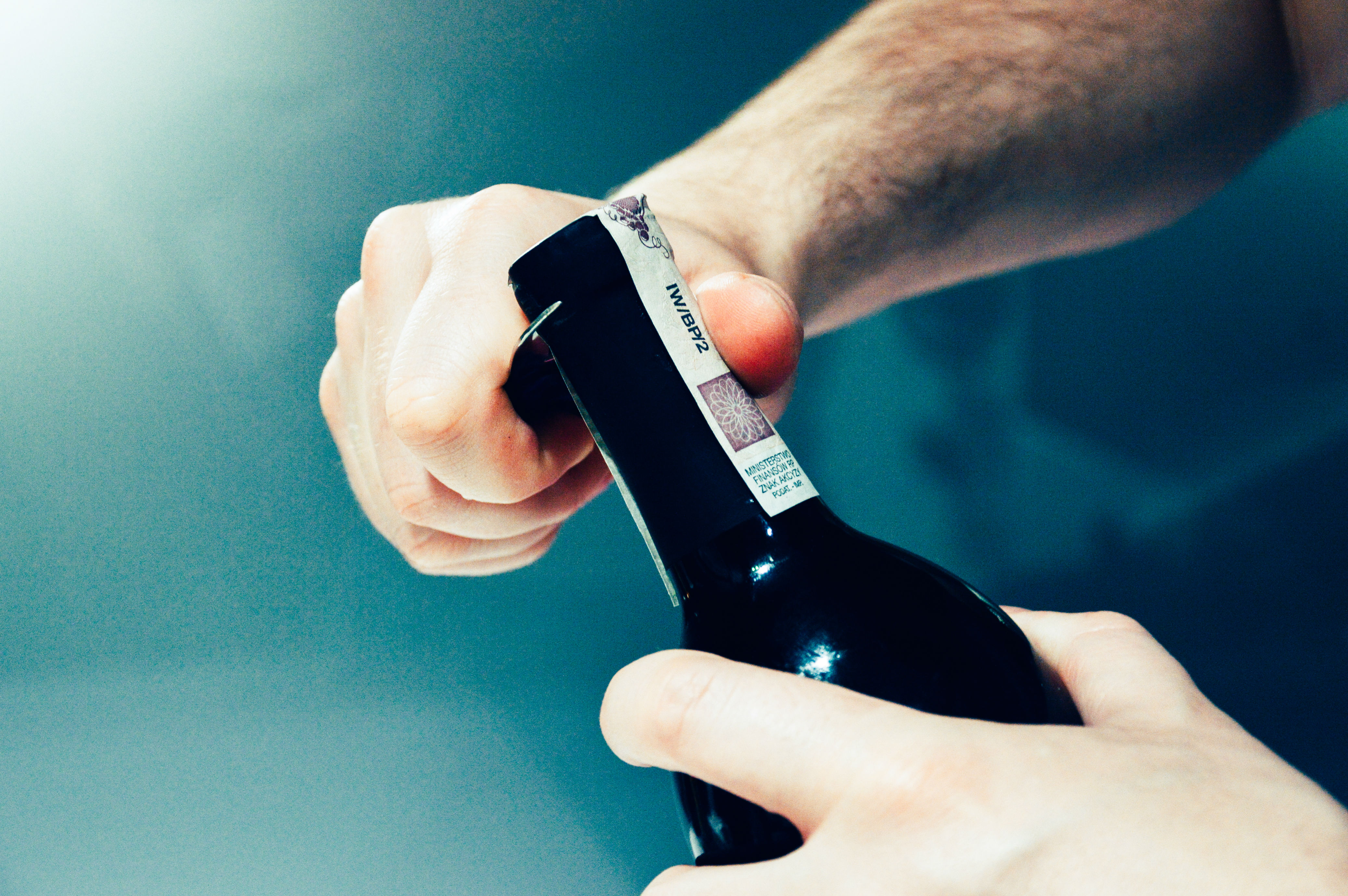 botella-vino-abridor-mano