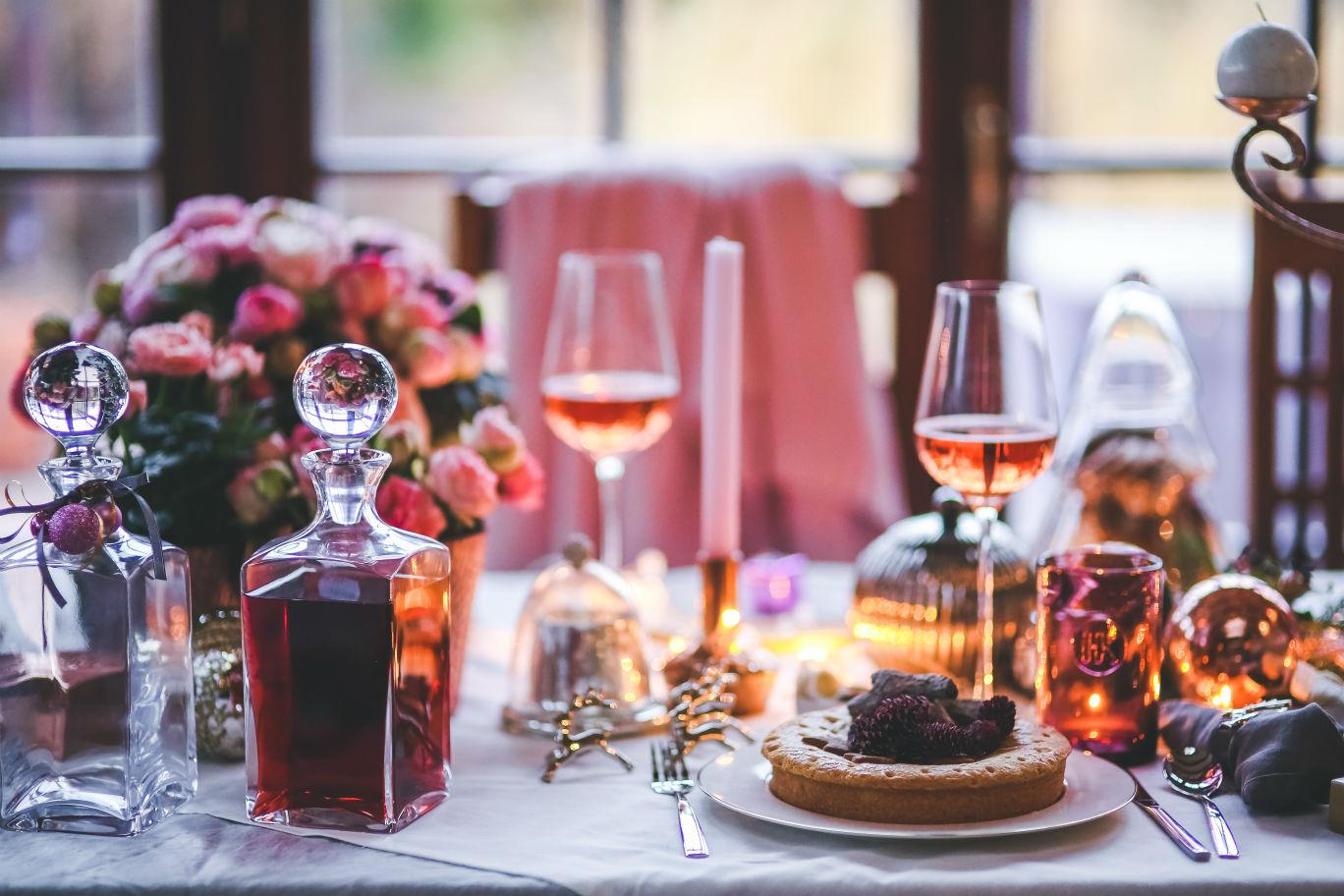 copos de vinho de mesa do jantar de Natal