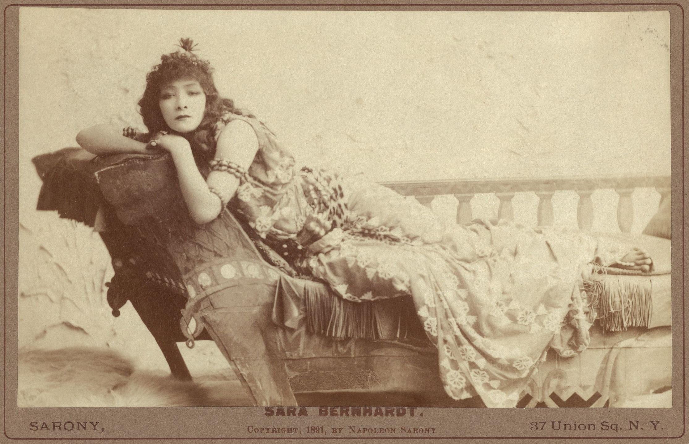 Sarah Bernhardt interpretando  cleopatra