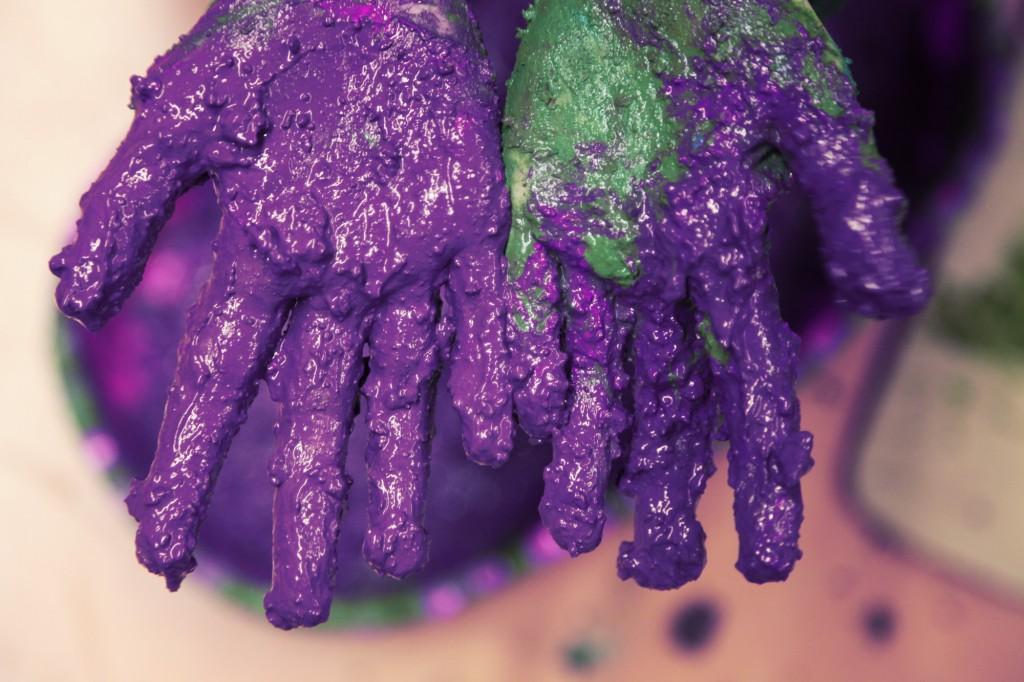 manos pintura purpura