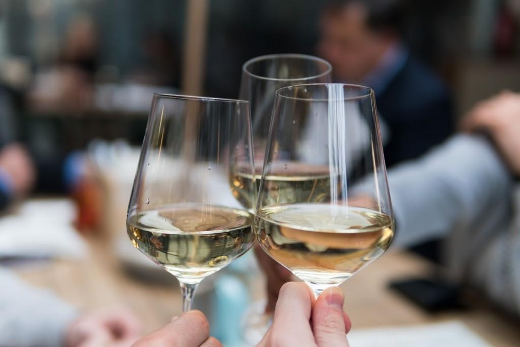 brindis copas vino blanco