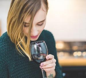 mujer copa vino