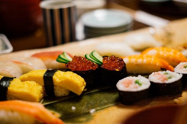 sushi comida mesa