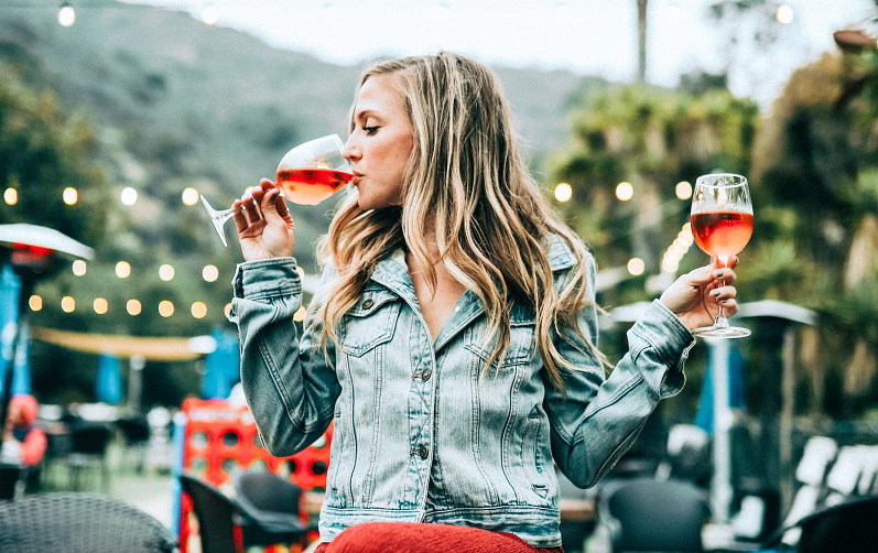 chica-bebiendo-vino-rosado