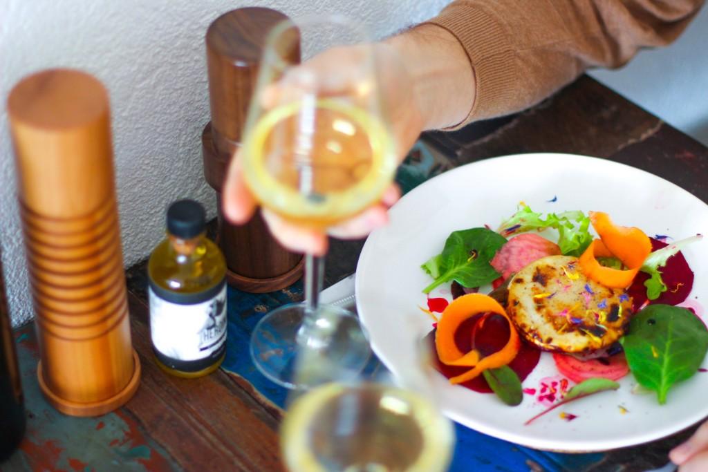 copa vino blanco plato