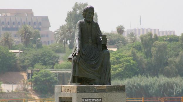 Estatua Abu Nuwas en Bagdad (con una copa de vino)