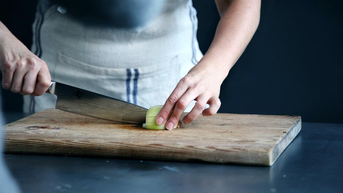 manos cortar cebolla