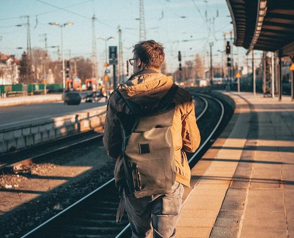 chico mochila viajero