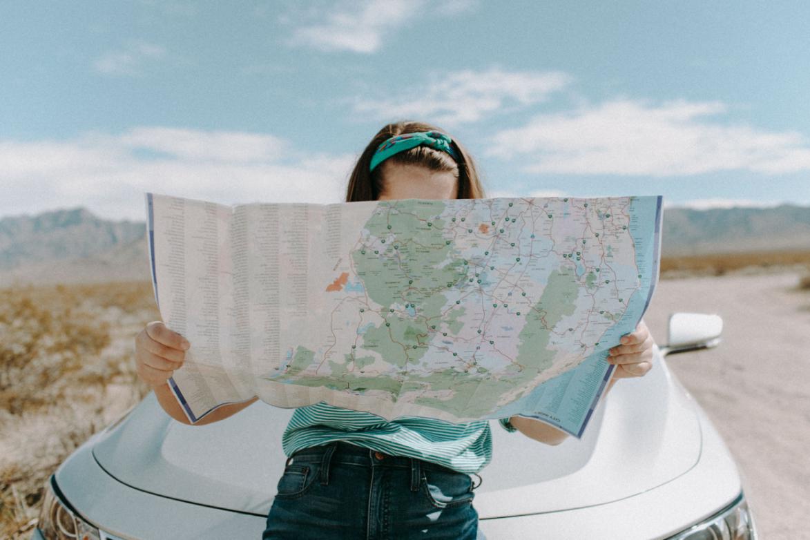 viajera chica mapa coche